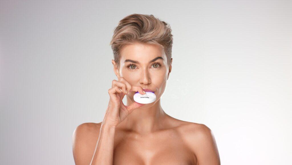 Hismile è un dispositivo per lo sbiancamento dentale semplice e indolore: posiziona le mascherine sulle arcate dentali, accendilo e tienilo per 10 minuti