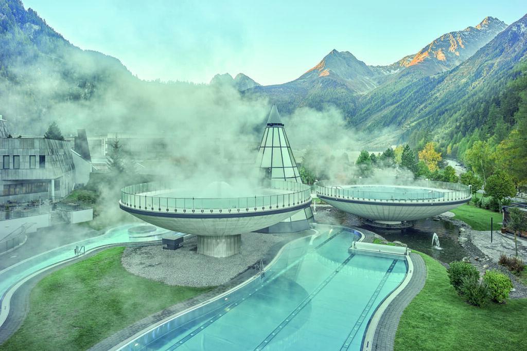 Le vasche di acqua termale di Aqua Dome: un'oasi di relax e benessere nella natura alpina