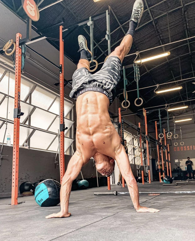 Una verticale in appoggio sulle mani eseguita in allenamento dal Crossfit Trainer Armando Pica