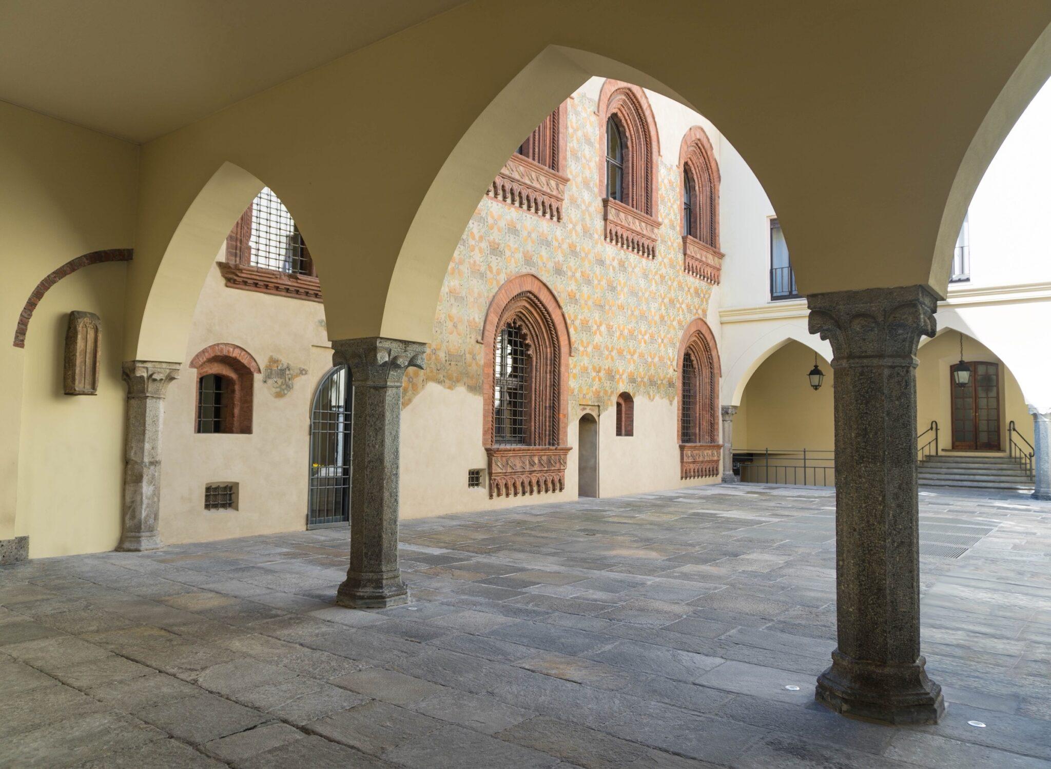 Il chiostro di Palazzo Borromeo a Milano, sede dello Showroom Antonini