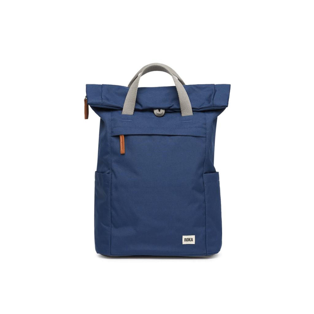 Una borsa blu realizzata da Roka con materiali ecologici e in stabilimenti sostenibili