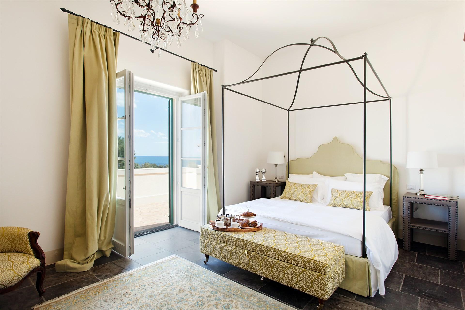 Villa Don Venerando: camera matrimoniale con letto a baldacchino