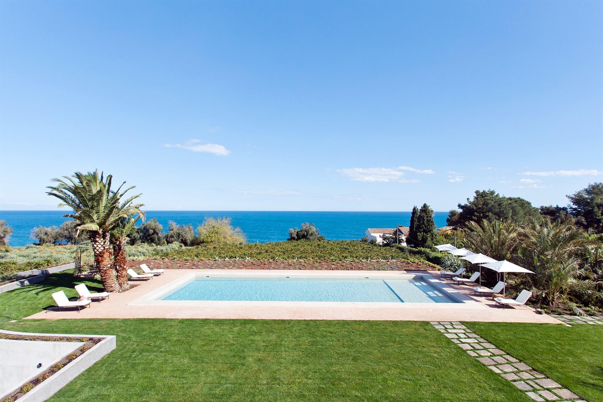 La piscina di Villa Don Venerando, un luogo magico ai piedi dell'Etna