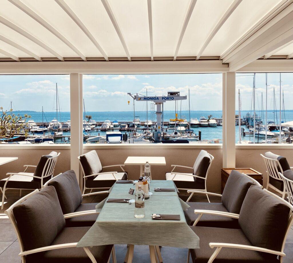 Per il relax fronte lago l'ideale è il Marina Club Lounge Wine Bistrot che affaccia direttamente su Moniga Porto