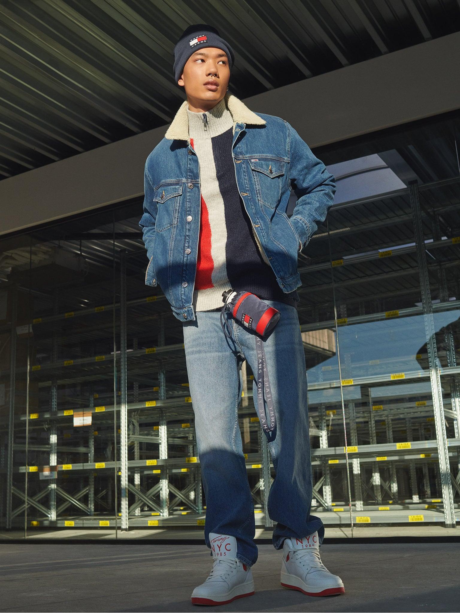 Total look denim nella collezione FW 2021 di Tommy jeans: giubbotto imbottito con bottoni e pantaloni dalle linee urban