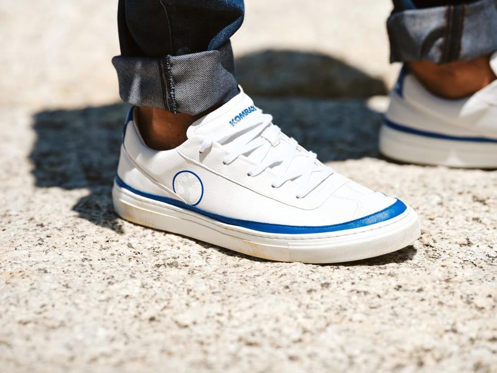 Le sneakers in ecopelle realizzate da Komrads con materiali riutilizzati e riciclati.