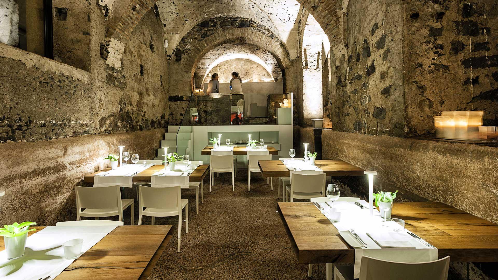 La sala del ristorante Zash è costruita all'interno di un palmento, il luogo in cui avveniva la pigiatura dell'uva