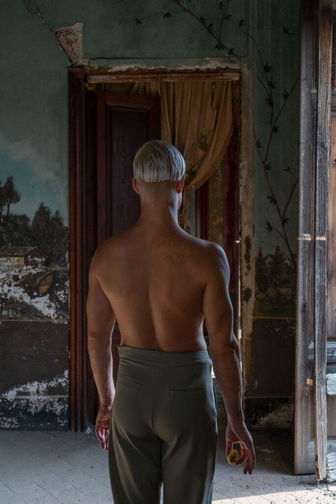 Il progetto fotografico Second Life si ispira ai chiaroscuri del tenebrismo per ridare bellezza ai luoghi abbandonati della Sicilia