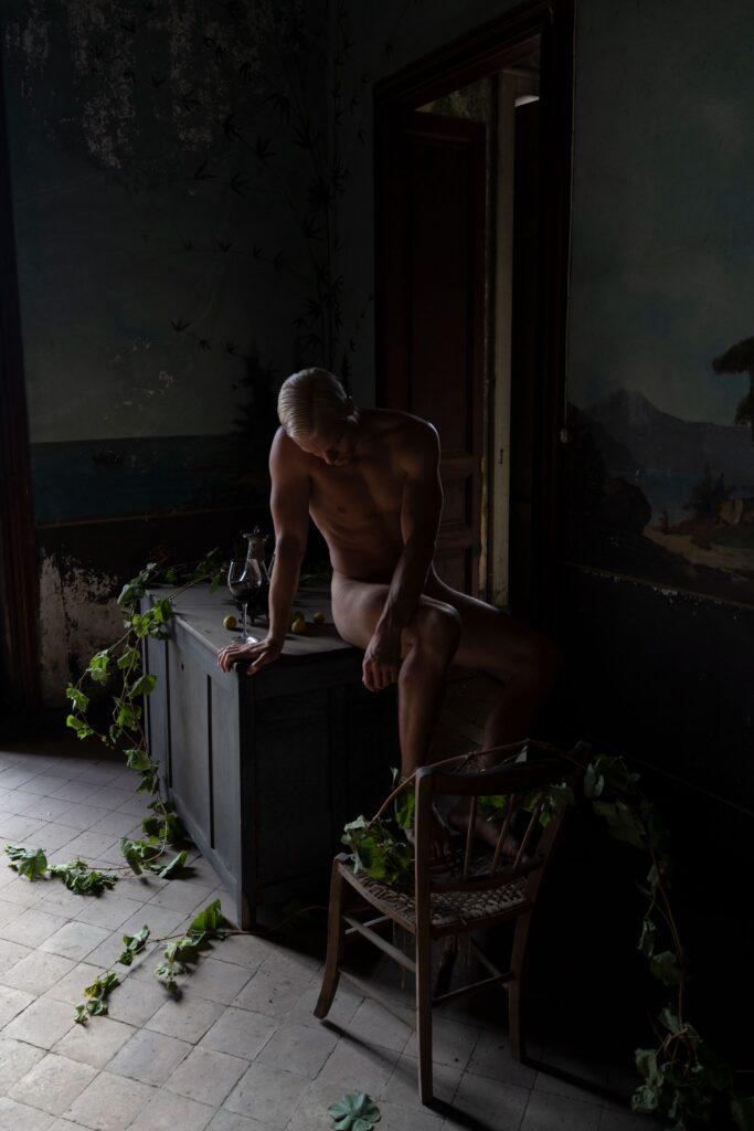 Tenebrismo e decadenza per ridare bellezza ai luoghi abbandonati: un nudo che raggiunge l'obiettivo del progetto di Oreste Monaco