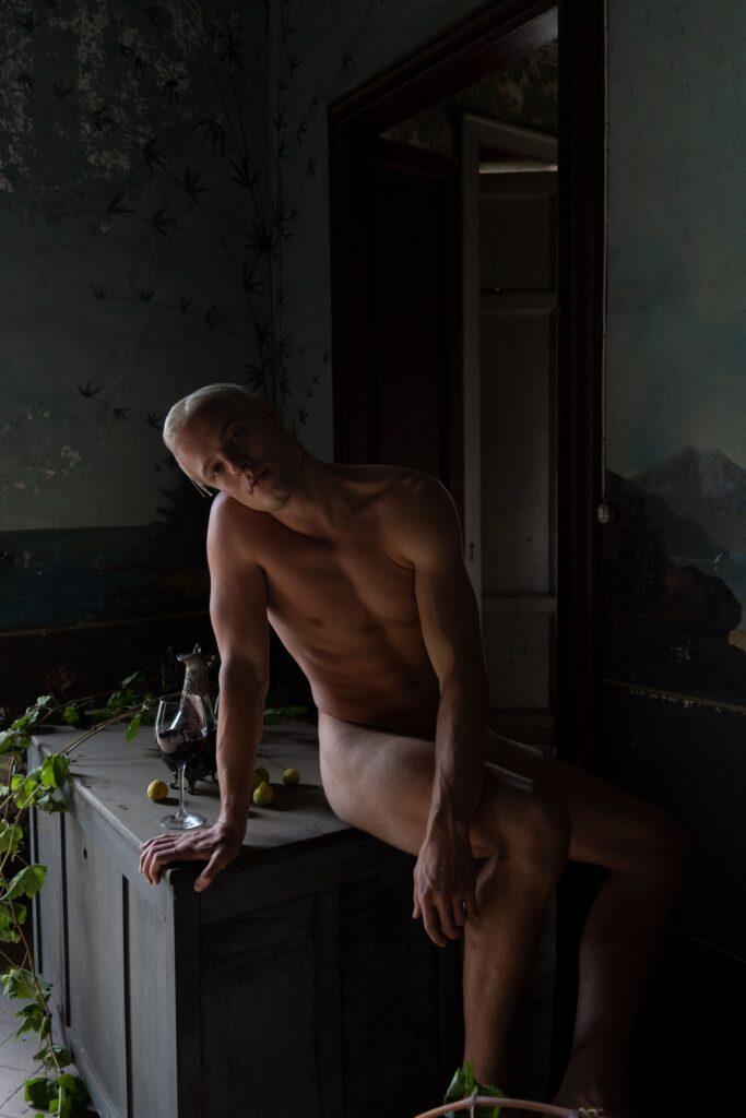 L'utilizzo di chiaroscuri accentuati definisce il corpo del modello di Oreste Monaco in questo nudo