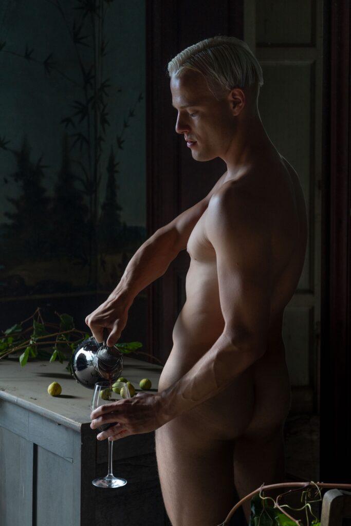 Il modello di Oreste Monaco posa per un nudo realizzato per il progetto fotografico Second Life