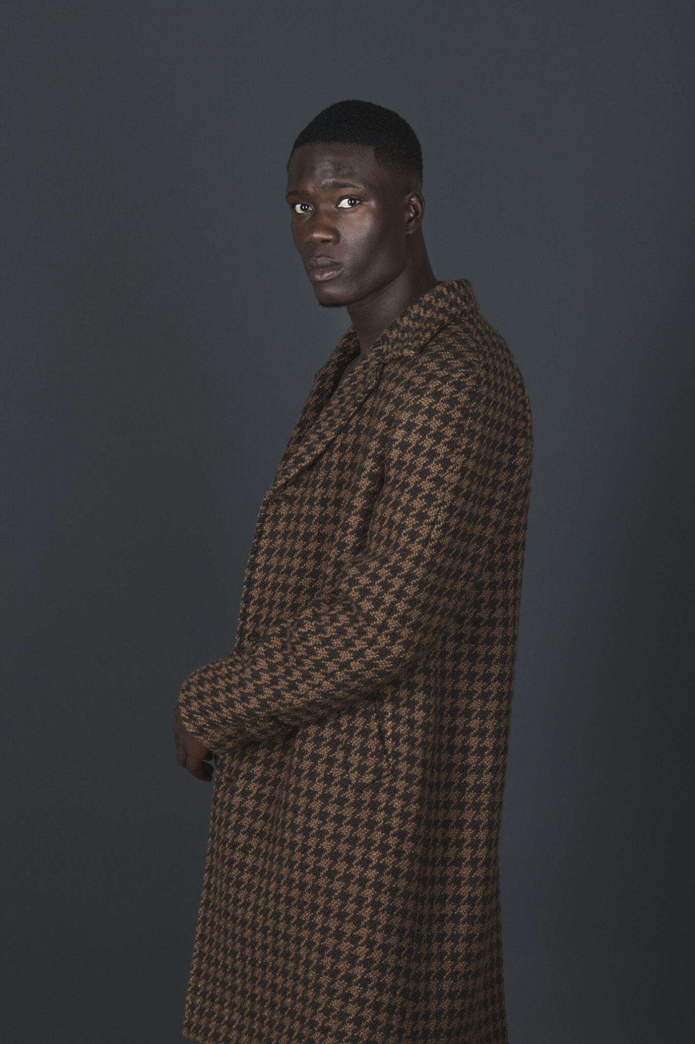 Cappotto marrone pied de poule presentato in occasione della Design Week 2021 da MP per Understatement Milano