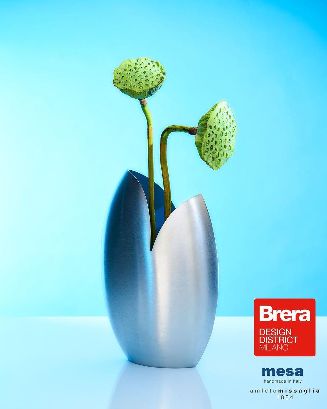 Il vaso ovale satinato della collezione Mesa silverware presentata durante la Milano Design Week 2021