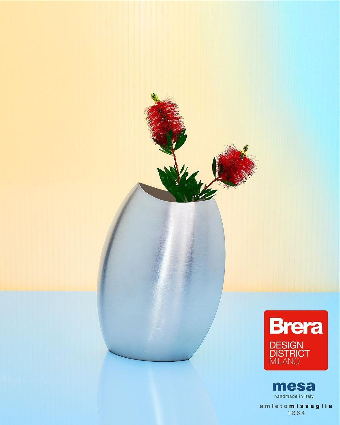 Argento satinato ed estremamente chic per questo vaso dalle forme ovali by Mesa Silverware