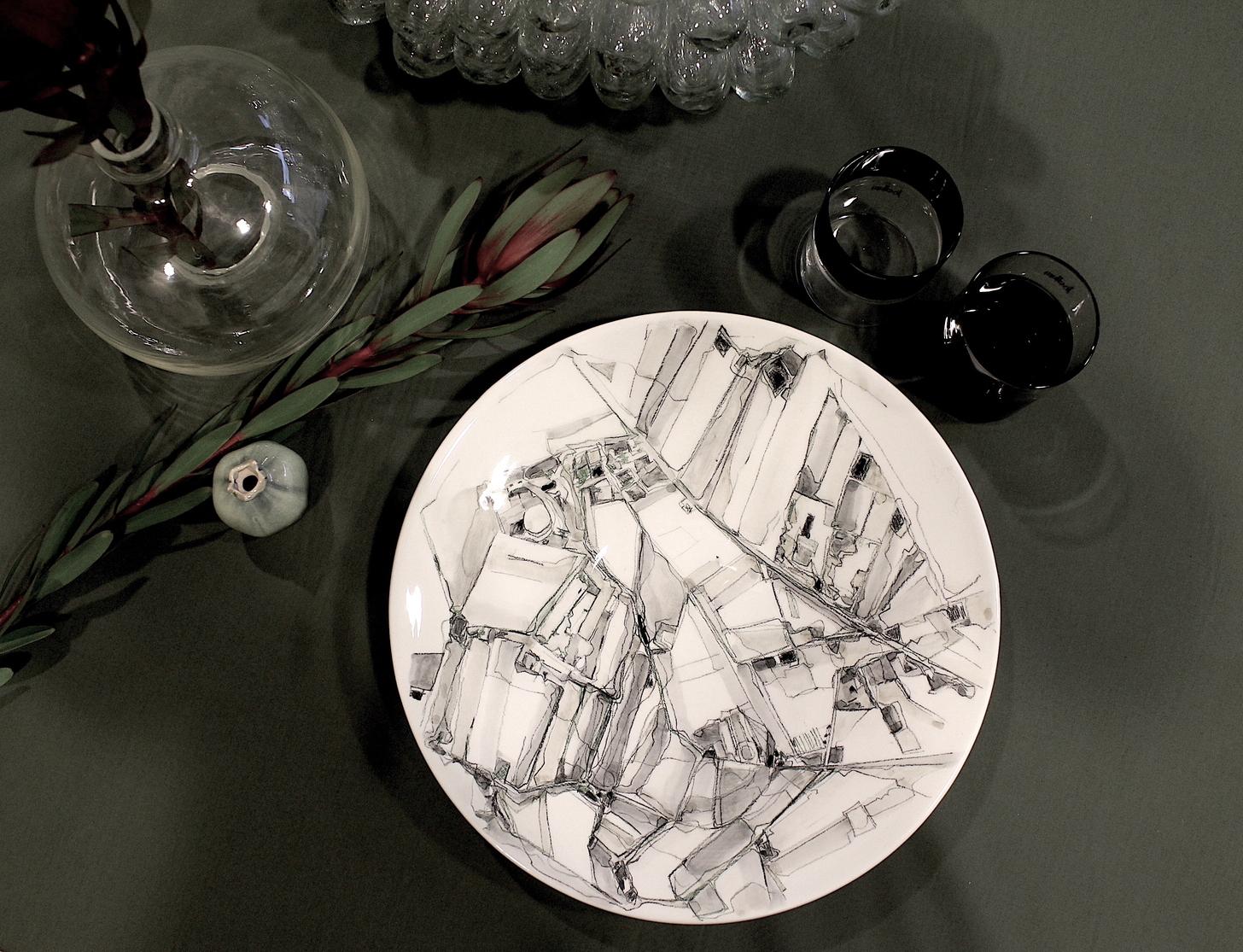 Piatto in porcellana decorato dall'artista Chiara Bernardini ospitata nello showroom Pomandère durante la Milano Design Week 2021