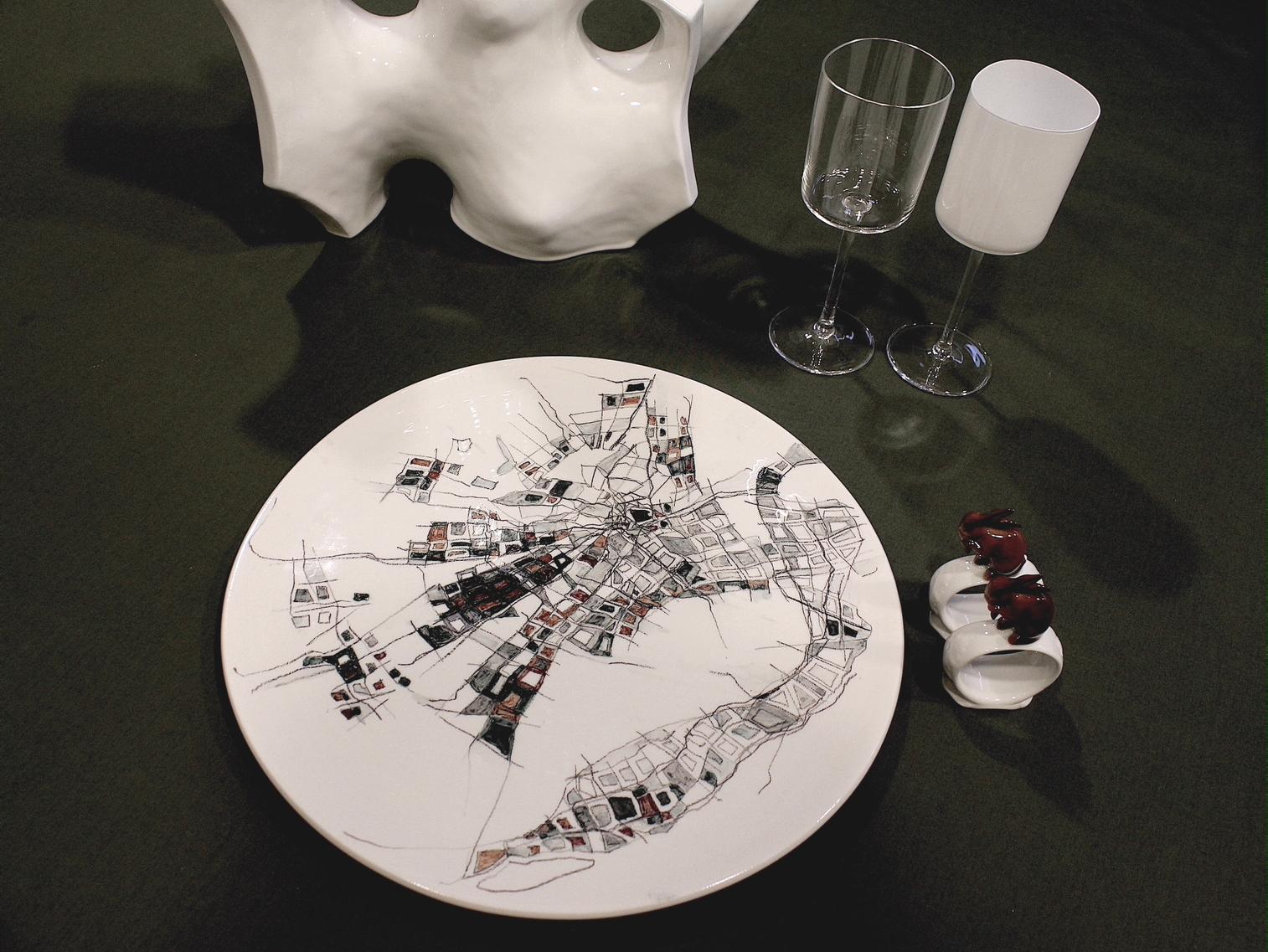 Decori geometrici sul piatto in porcellana realizzato da Chiara Bernardini per la Milano Design Week 2021