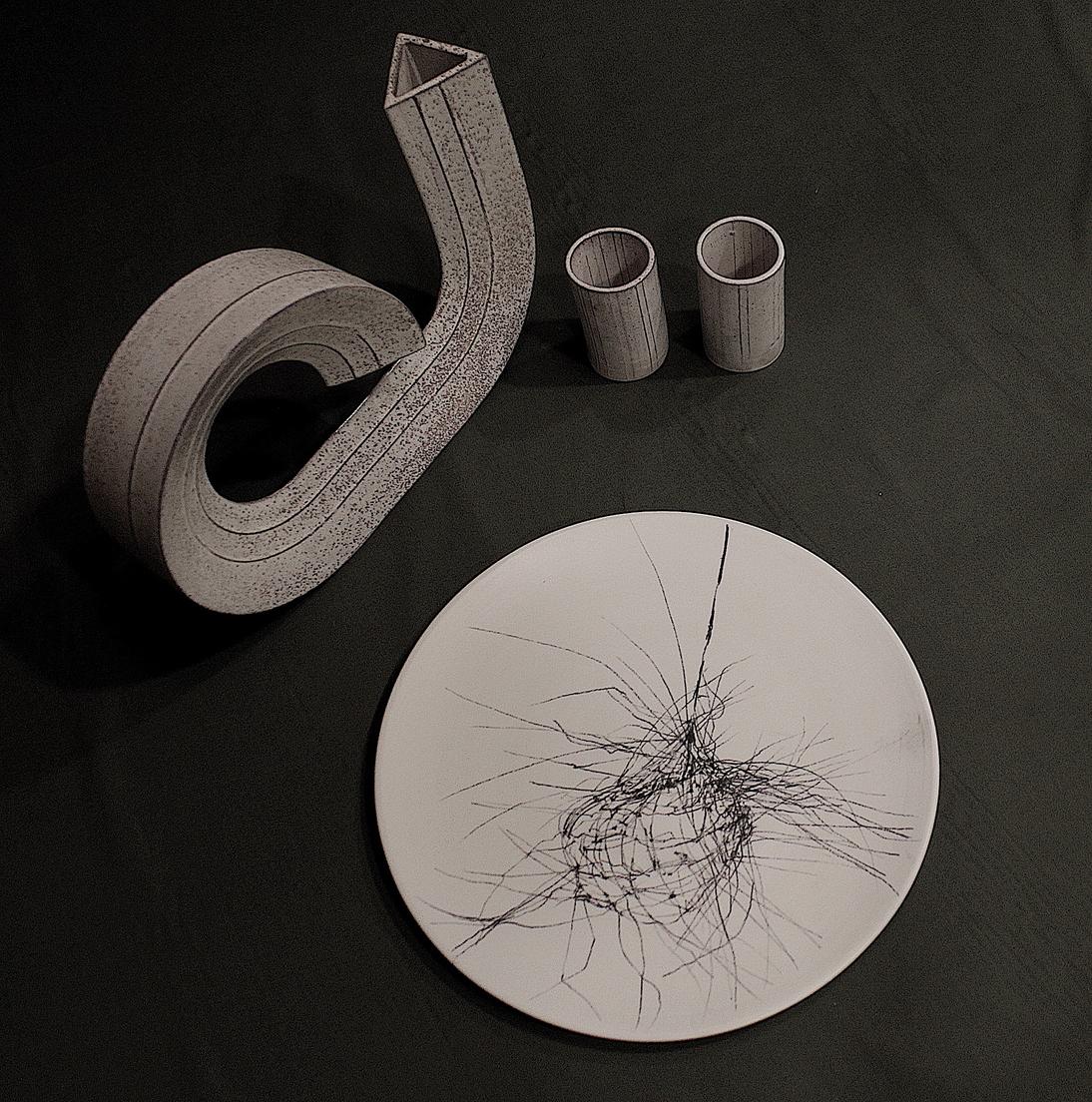 Un piatto in porcellana decorato con le linee potenti e decise tipiche dello stile di Chiara Bernardini