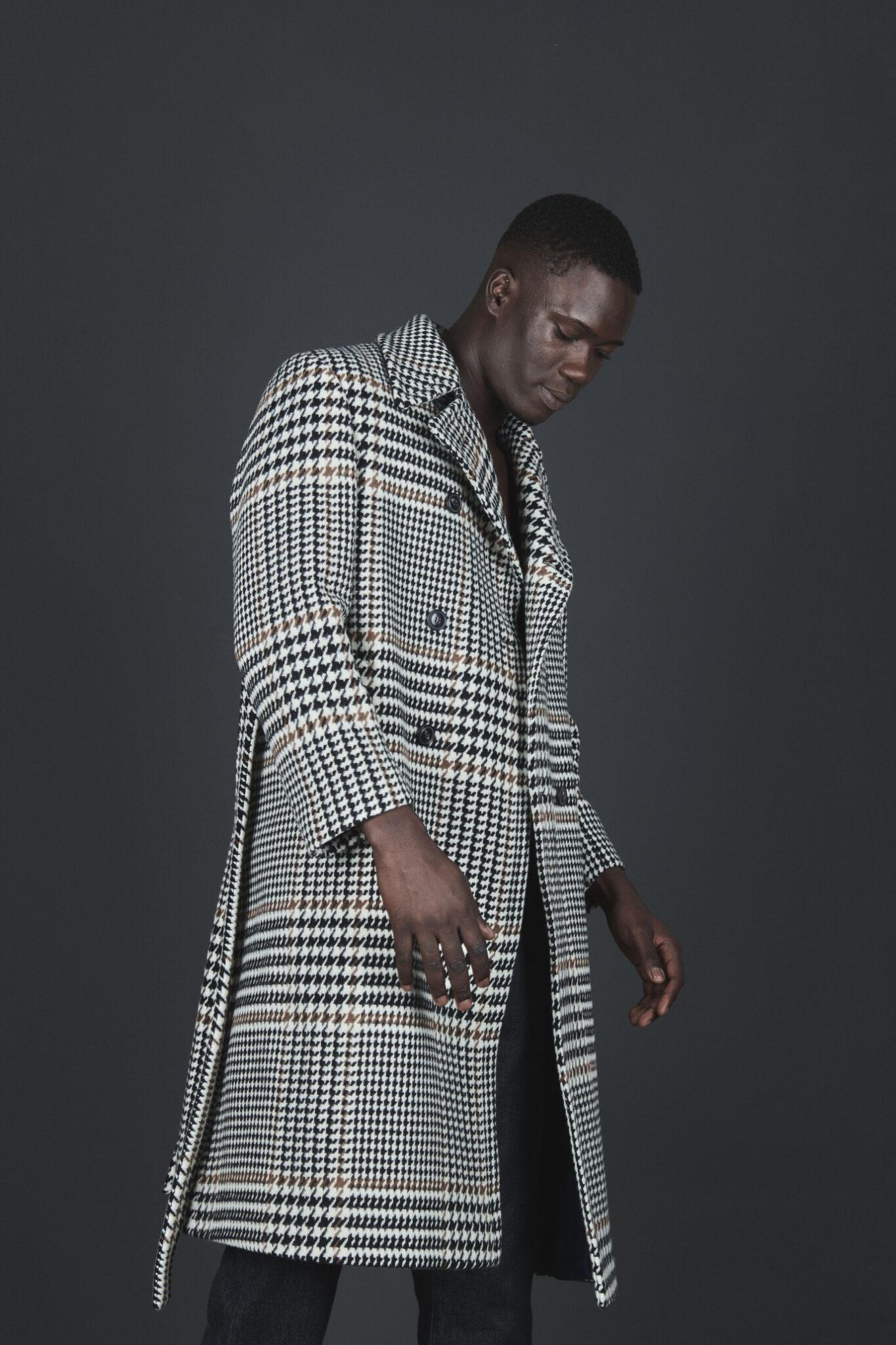 Cappotto bianco e nero parte della collezione realizzata da Massimo Piombo per Understatement Milano