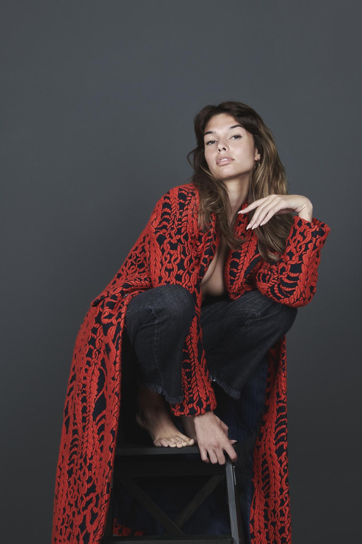 Cappotto rosso e nero damascato per lei: tessuti esclusivi ed eccellenza che riassumono l'idea di moda di Understatement Milano e Massimo Piombo