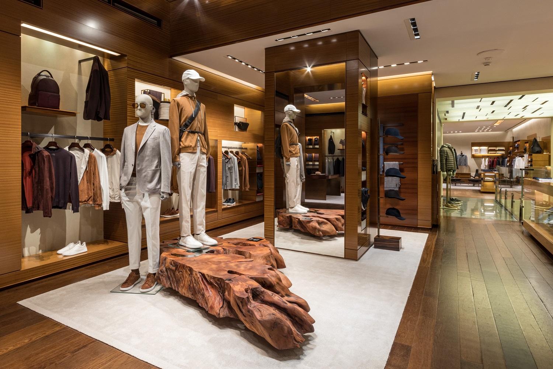 Gli interni del flagshiip store Zegna ospitano la linea #UseTheExisting e i complementi d'arredo Riva1920 per la Milano Design Week 2021