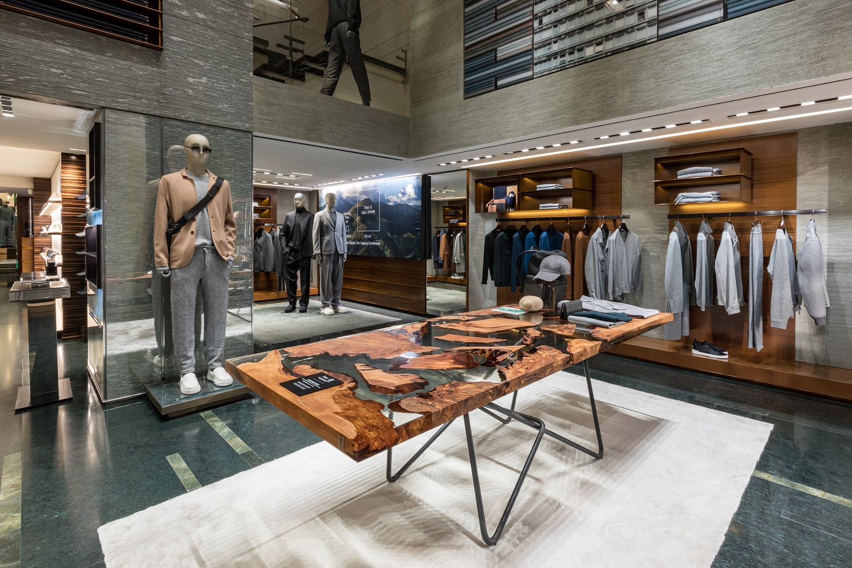 La moda zero waste by Zegna si sposa con il legno kauri dei tavoli Riva1920 per la Milano Design Week 2021