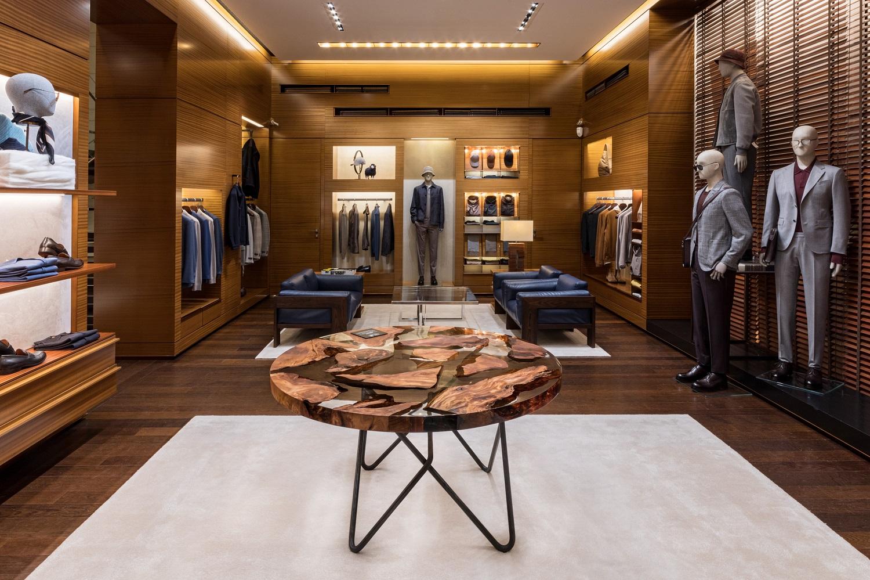 L'interno del flagship store Zegna allestito per la Milano Design Week 2021 con i tavoli di design by Riva1920